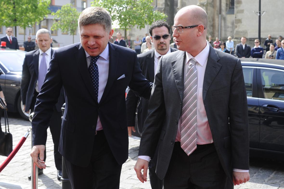 Robert Fico a Bohuslav Sobotka míří na společné zasedání vlád ve Skalici