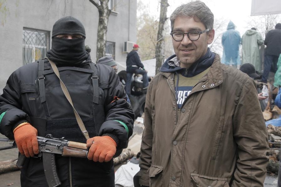 Americký novinář Simon Ostrovsky vedle proruského radikála
