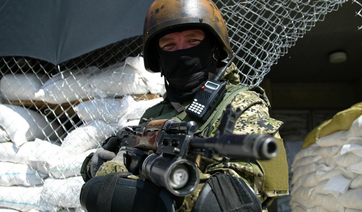 Proruský ozbrojenec na východě Ukrajiny