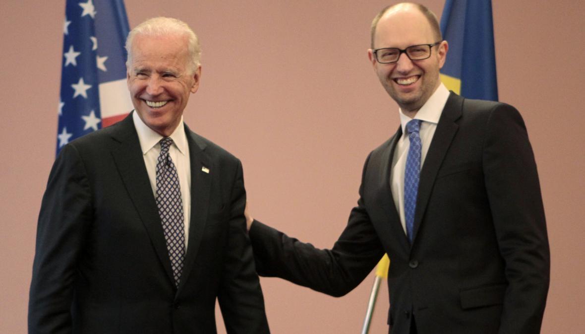 Joe Biden a Arsenij Jaceňuk