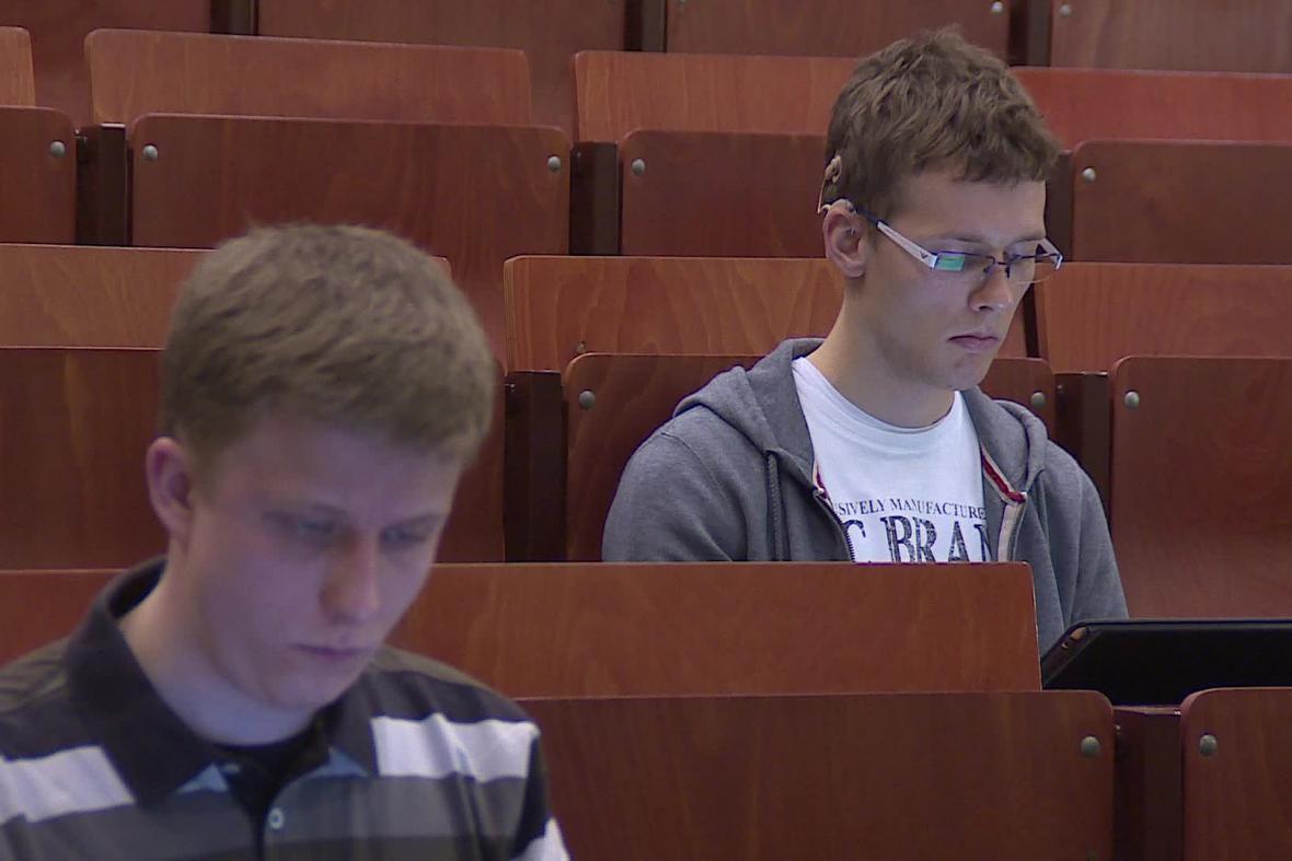 Neslyšící student (vpravo) se svým zapisovatelem