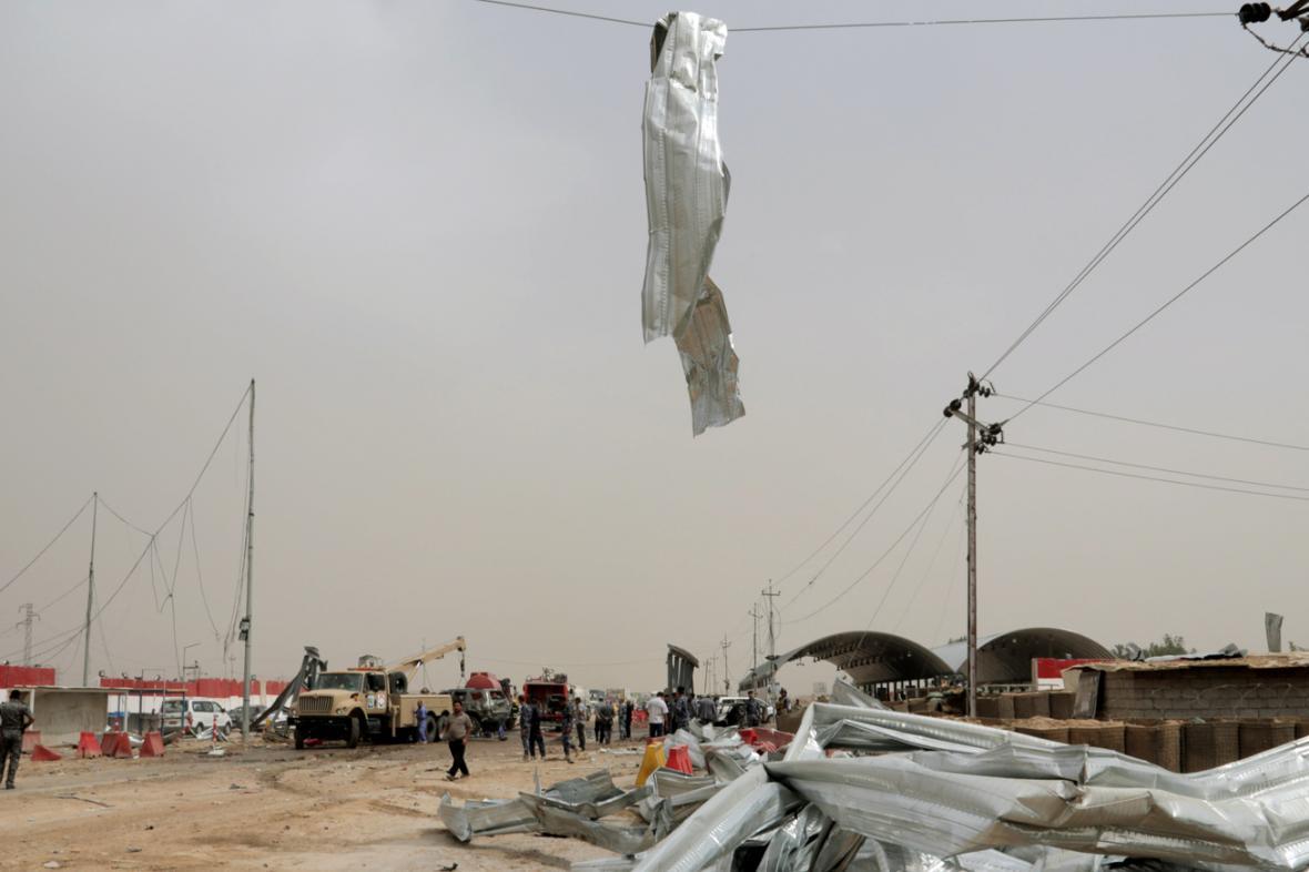 Následky sebevražedného útoku v irácké Suvajře