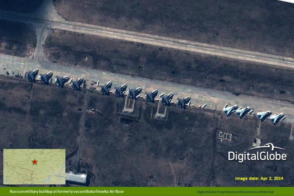 Satelitní snímky ruských letounů Su-27/30 a Su-24