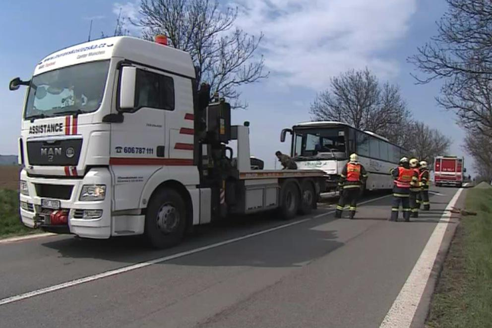 Nehoda autobusu a osobního auta u Bořitova