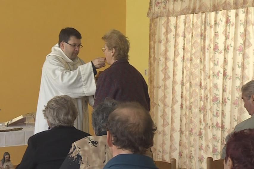 Aby místní nemuseli dojíždět, slouží farář mše i na obecním úřadě