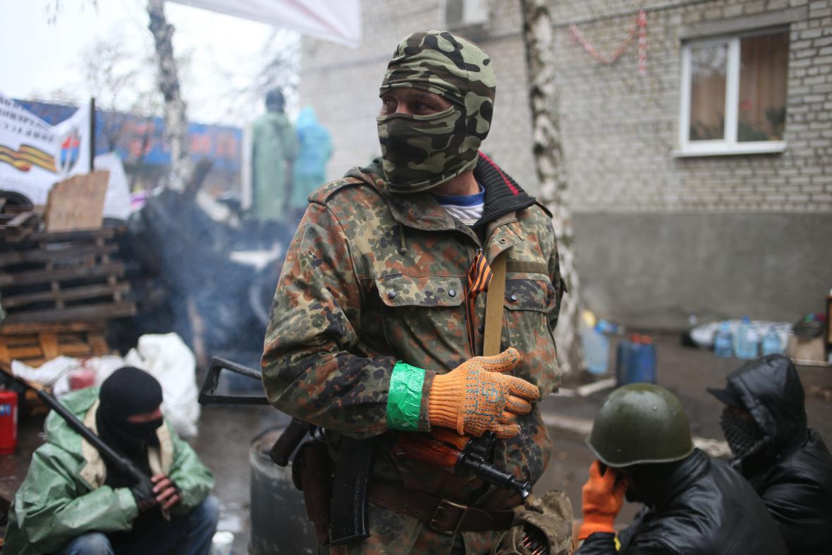 Ozbrojenci vyčkávají na barikádách ve Slavjansku
