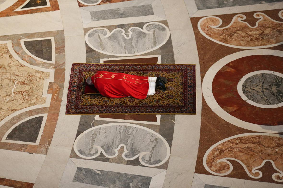 Papež František během velikonoční liturgie ve Svatopetrském chrámu
