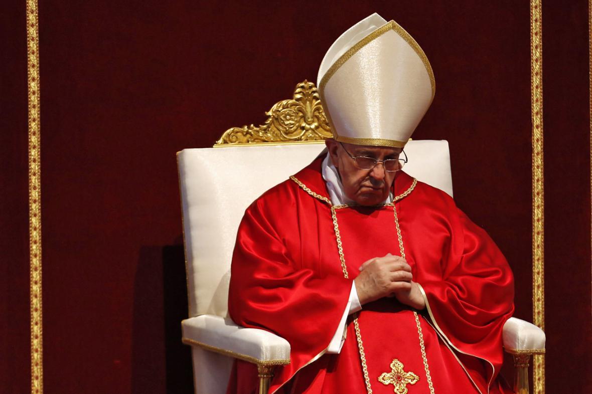 Papež František během liturgie ve Svatopetrském chrámu