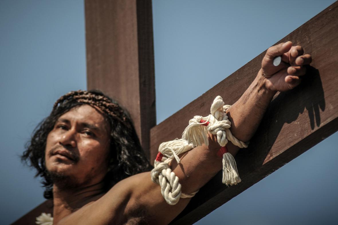Na Filipínách se několik věřících nechalo znovu přibít na kříž
