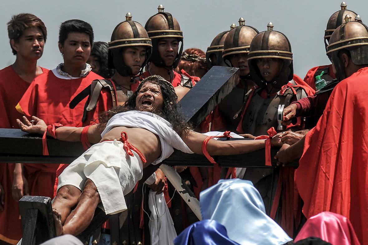 Krvavý velikonoční rituál ukřižování na Filipínách
