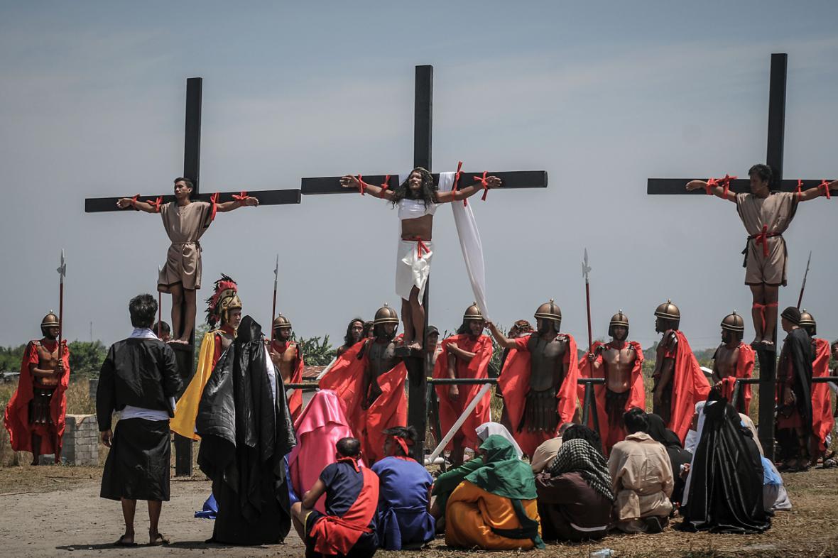 Na Filipínách se věřící nechali znovu přibít na kříž