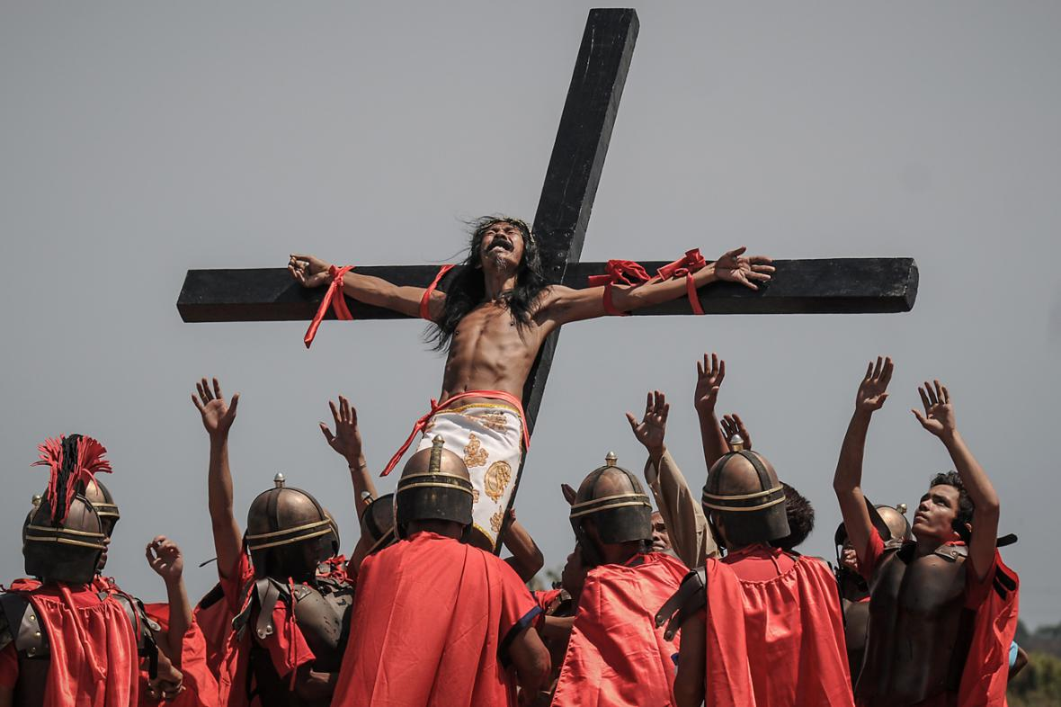 Na Filipínách se věřící opět nechali ukřižovat