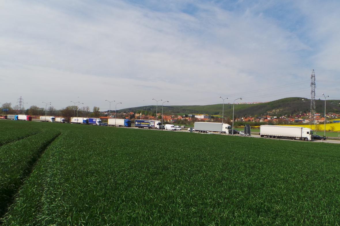 Kolona vozidel ve směru na Brno