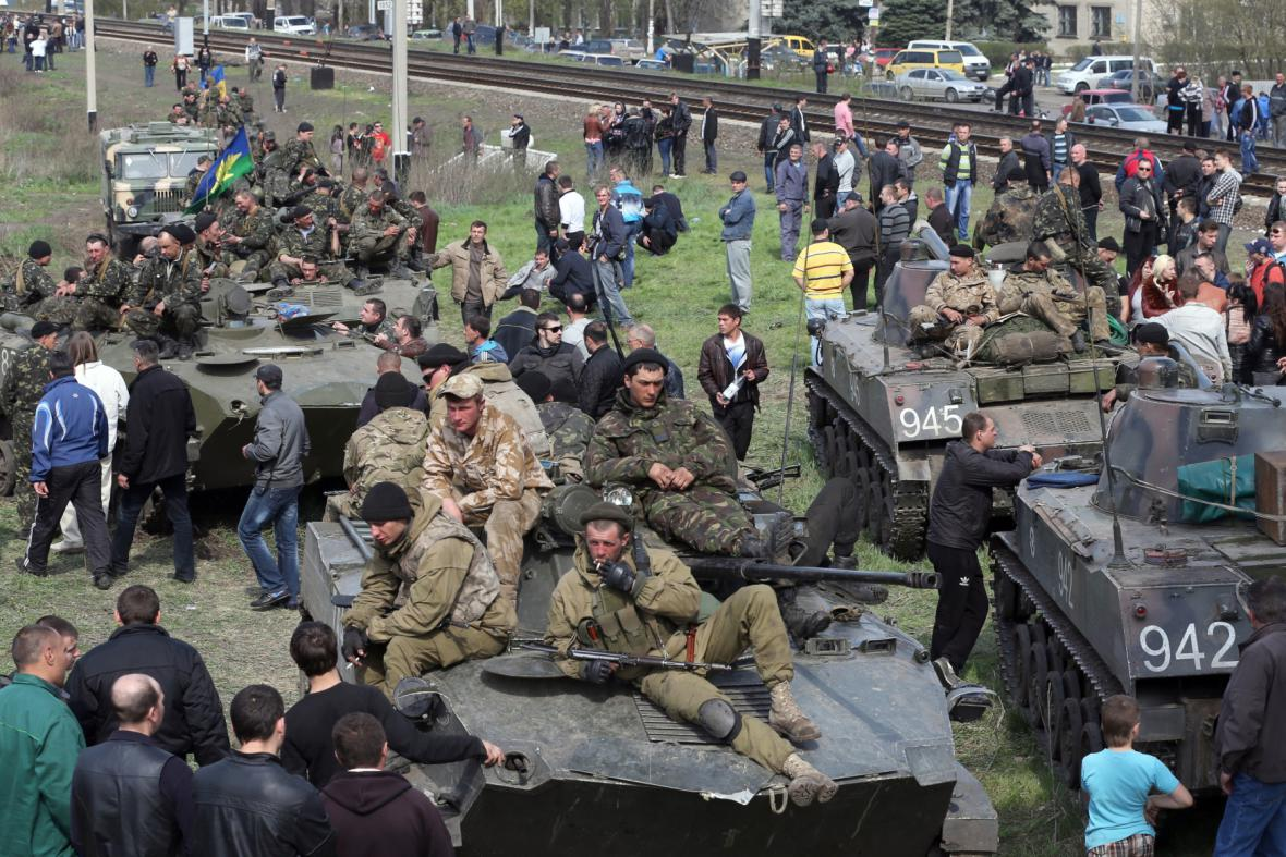 Ukrajinská armáda blokovaná civilisty