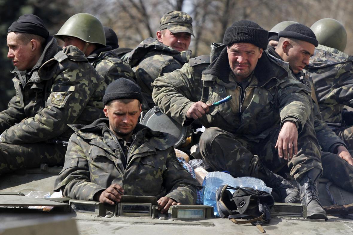 Na východ Ukrajiny dorazila obrněná vozidla s ruskými vlajkami
