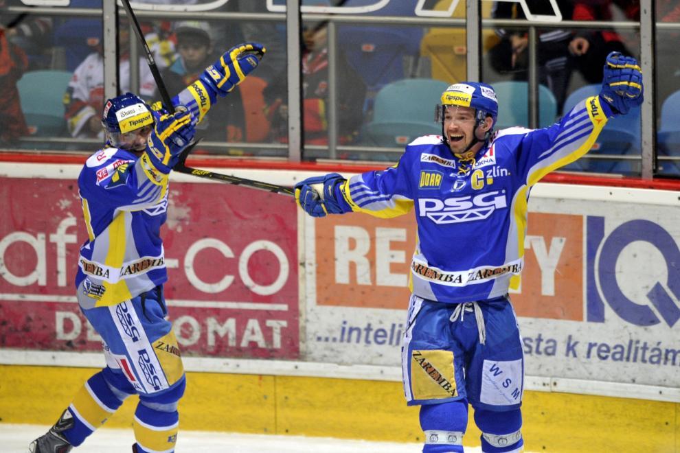 Petr Čajánek ze Zlína (vpravo) se raduje z vítězného gólu v prodloužení