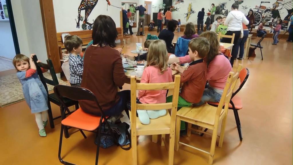 Děti vyrábějí velikonoční ozdoby