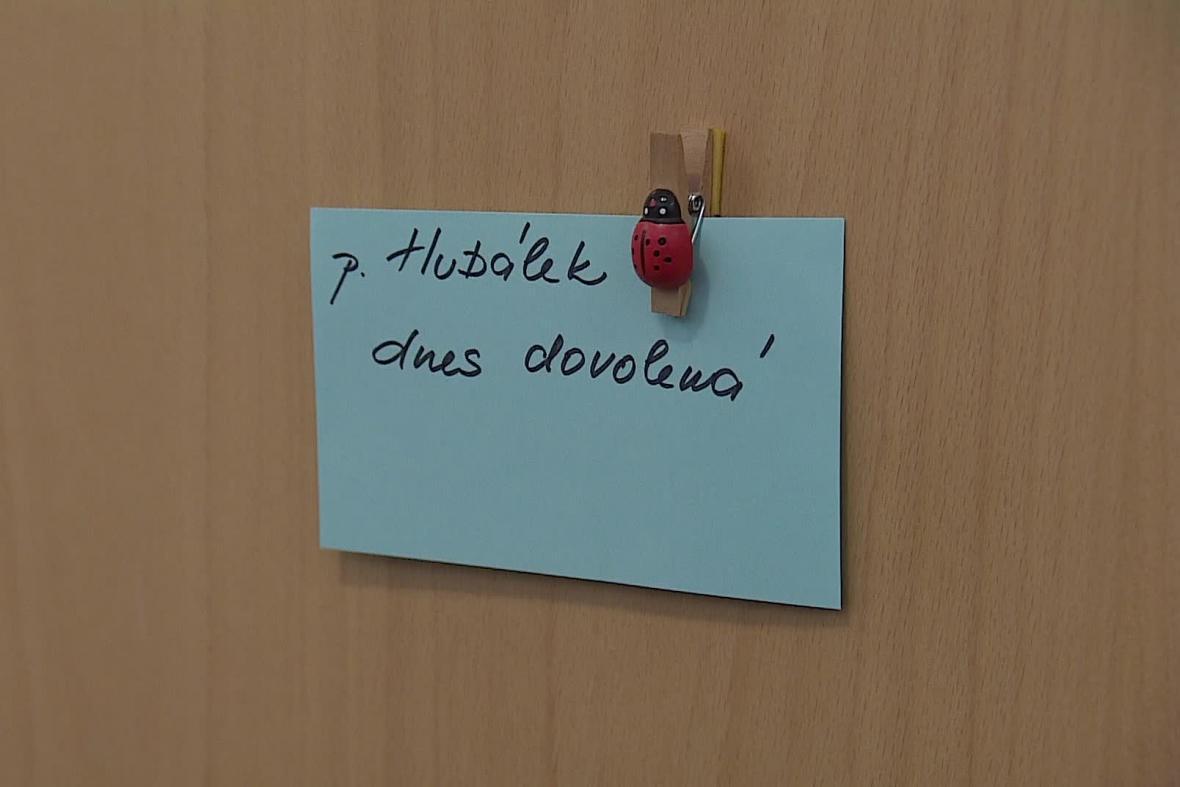 Na dveřích Hubálkovy pracovny je lístek, že má dovolenou