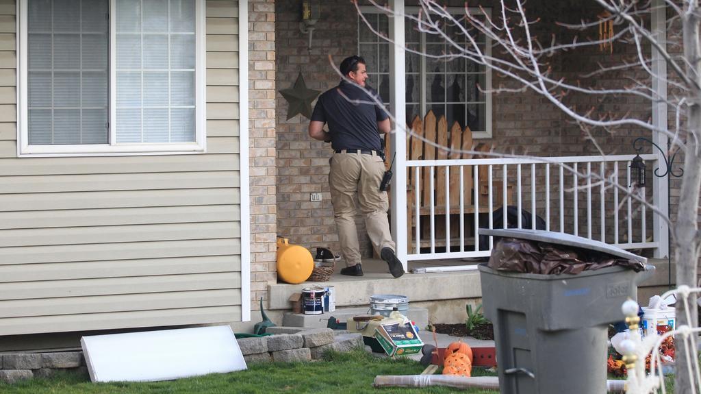 Policie ohledává dům, kde došlo k nálezu těl