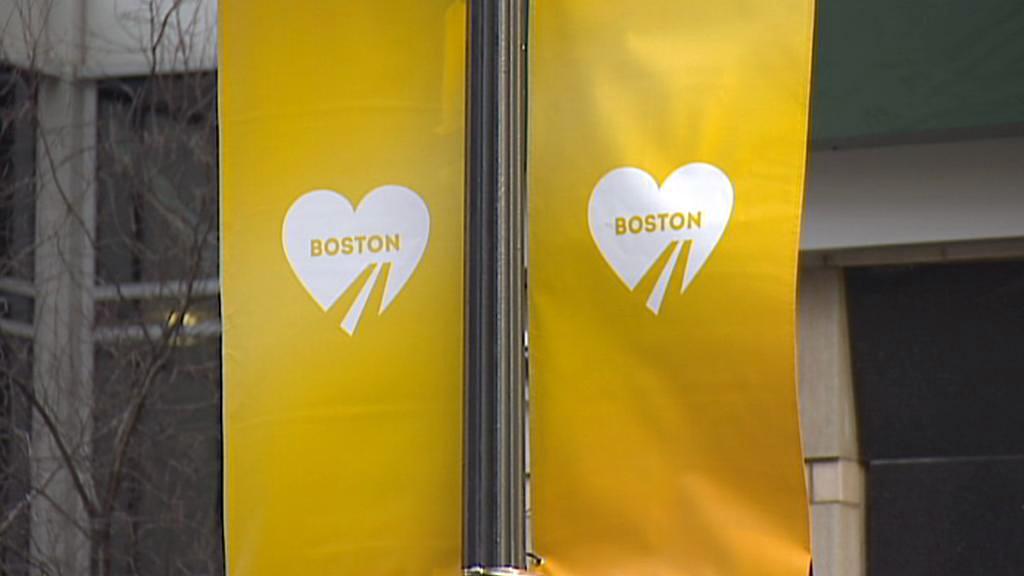 Místa atentátu označují srdce na plakátech