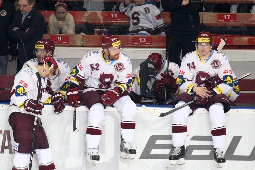 Zklamaní hokejisté Sparty na střídačce