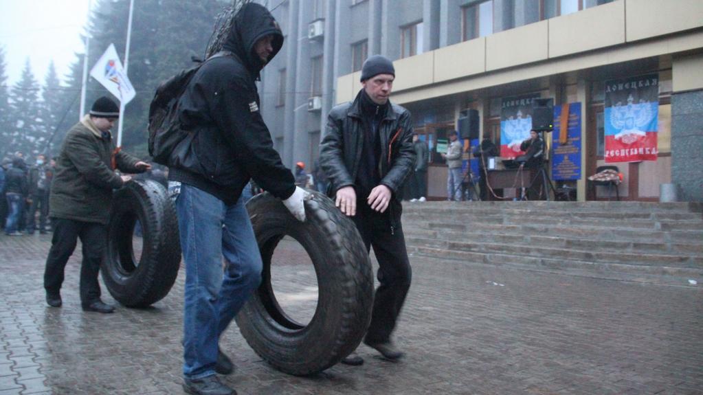 Demonstranti před úřady v Makejevce nedaleko Doněcku