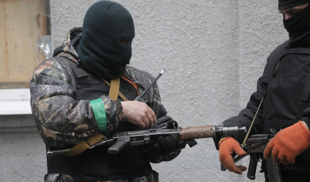 Maskovaní ozbrojenci na východě Ukrajiny