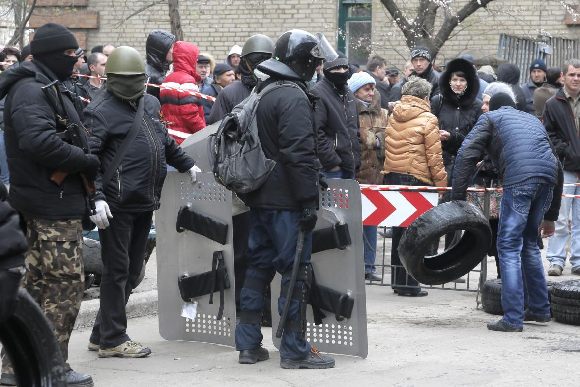 Proruští aktivisté obsadili v Slavjansku policejní stanici