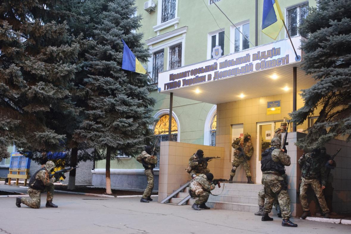 Proruští ozbrojenci obléhají policejní stanici v Kramatovsku