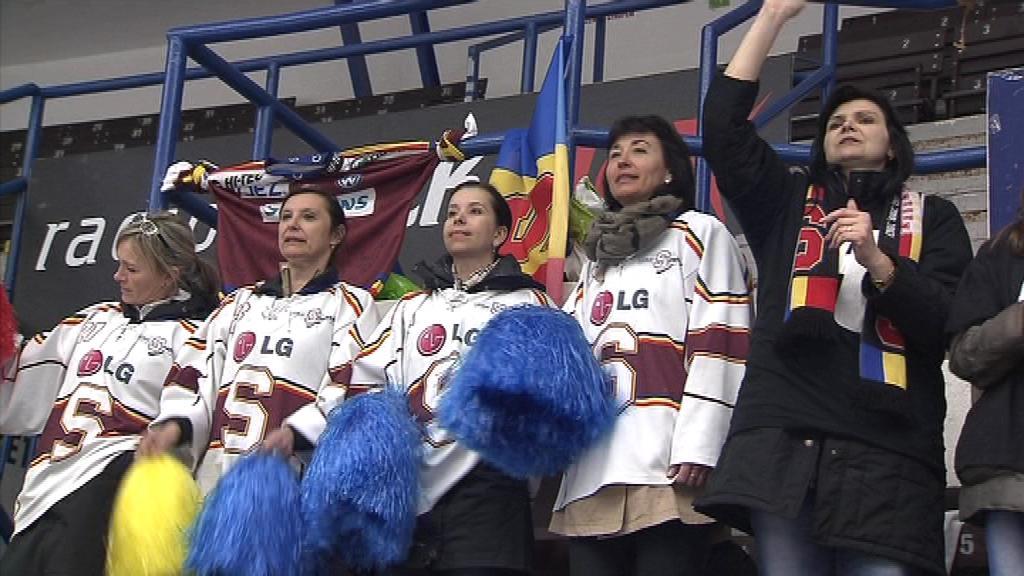 Mladé hokejisty podporovali v ochozech i rodiče