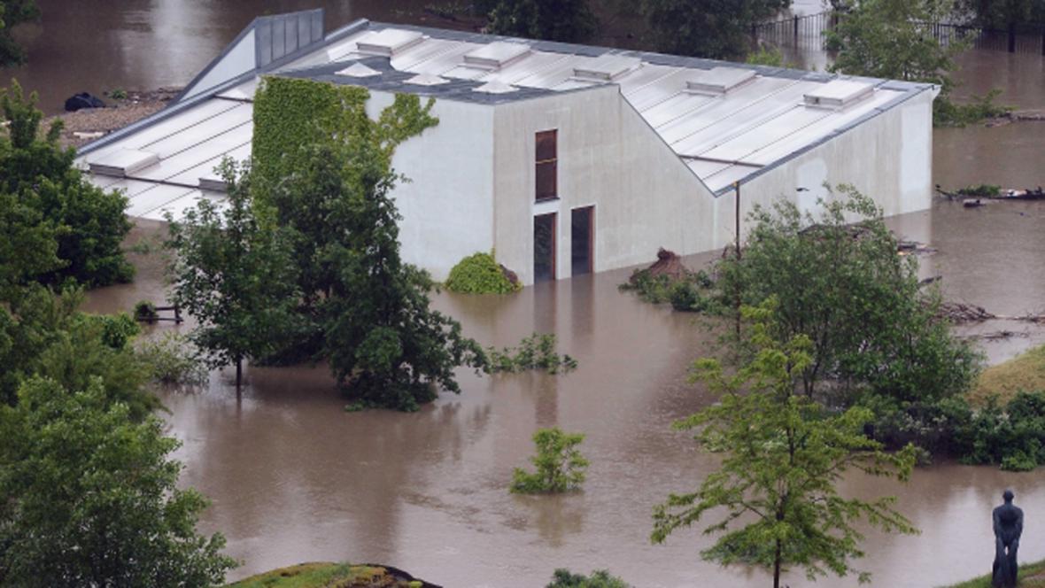 Zaplavený pavilon goril s protipovodňovou věží