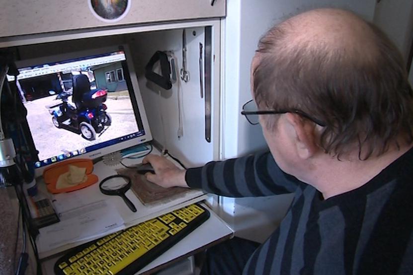 Invalidní vozík si podvedený muž vyhlédl na internetu