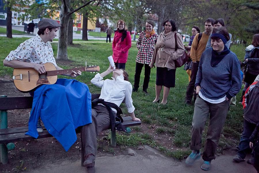 Pouliční inscenace Solidarita Divadla X10