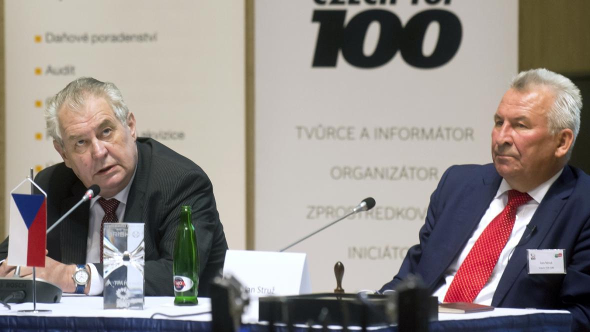 Prezident Miloš Zeman (vlevo) a předseda sdružení Czech Top 100 Jan Struž
