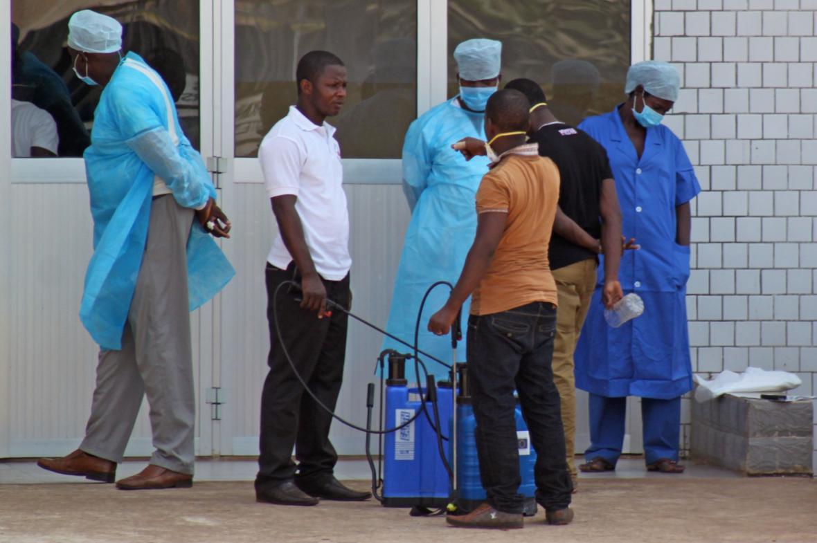 Západní Afrikou se šíří ebola