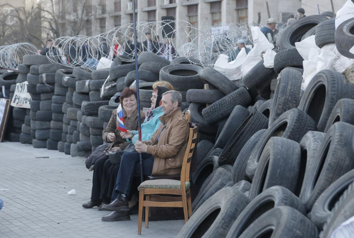 Proruští aktivisté u barikád v Doněcku
