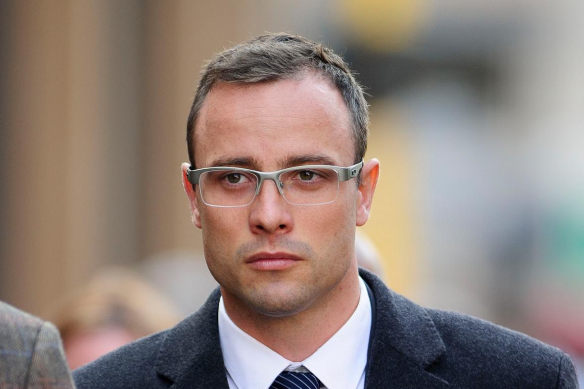 Oscar Pistorius přichází k soudu