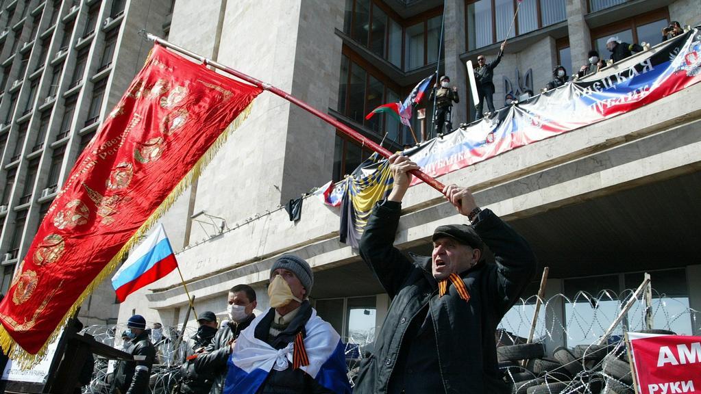 Aktivisté mávají vlajkami před administrativní budovou v Doněcku