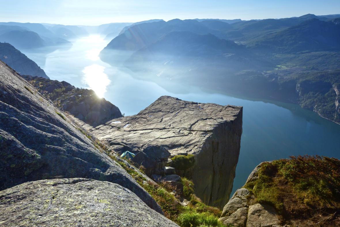 Skalní masiv Preikestolen a Lysenfjord v pozadí