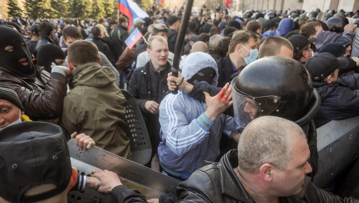 Střet proruských aktivistů s ukrajinskou policií