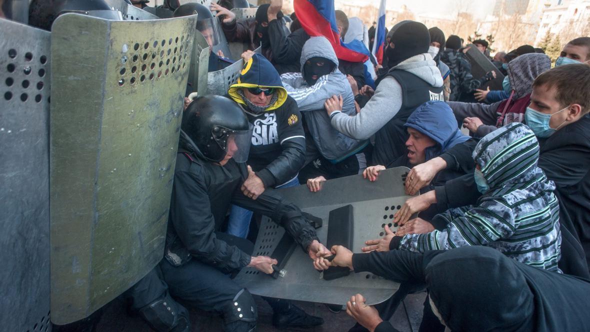 Střety proruských aktivistů s ukrajinskou policií