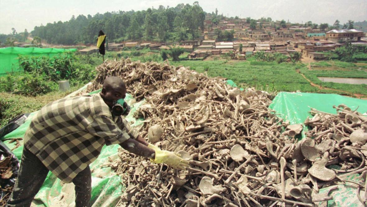 Masový hrob obětí rwandské genocidy