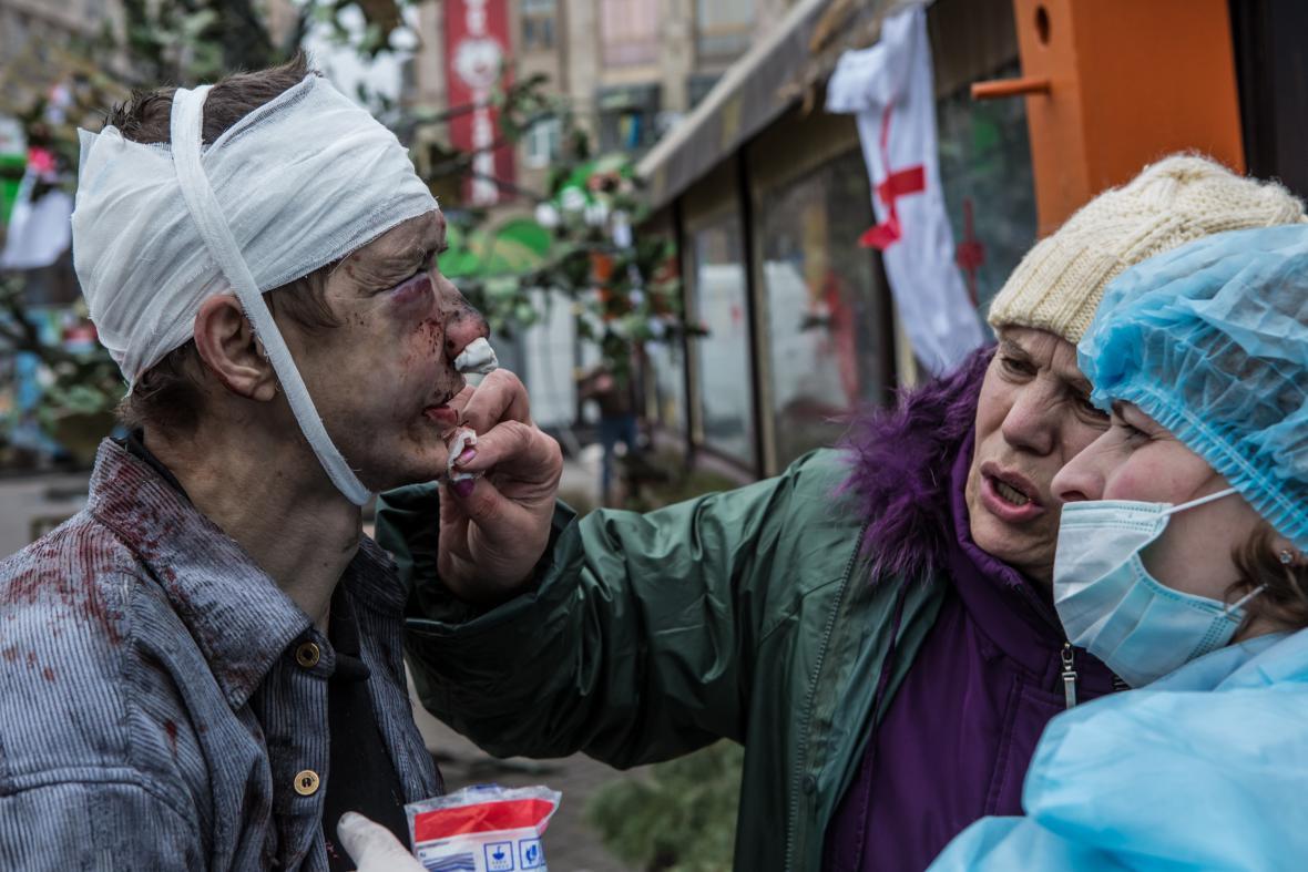 Zraněný demonstrant na Majdanu
