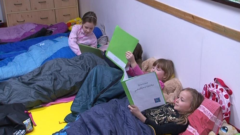 Děti si braly čtení s sebou i do spacáků