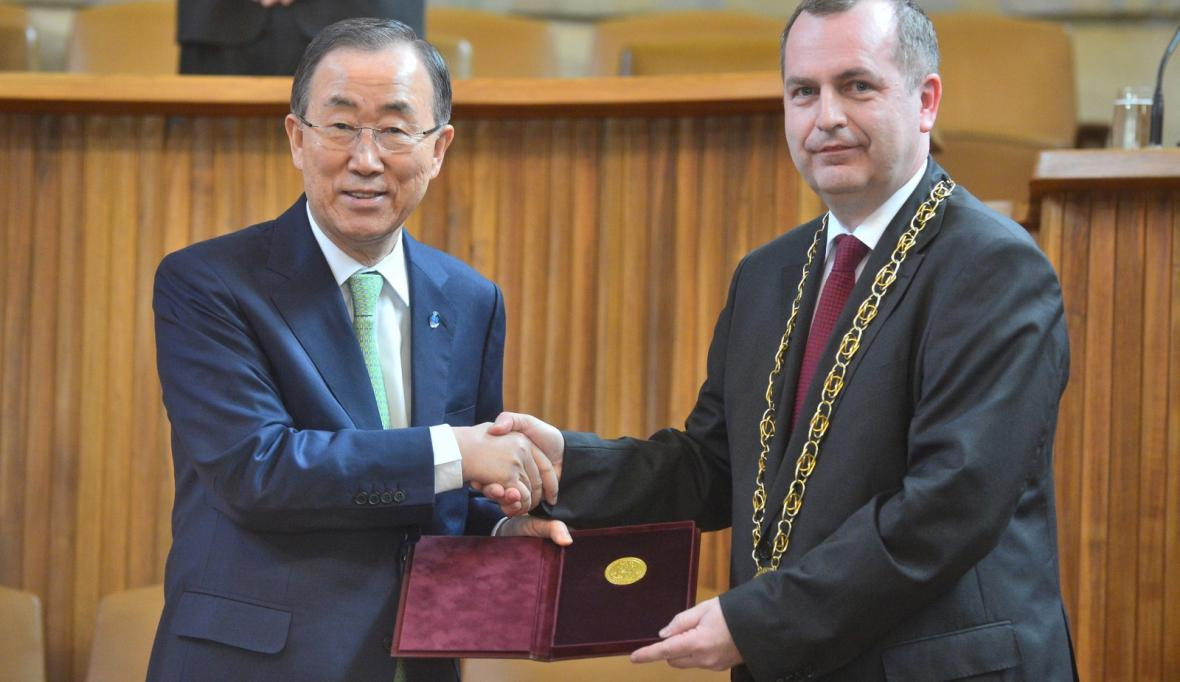 Pan Ki-mun obdržel na Karlově univerzitě zlatou medaili