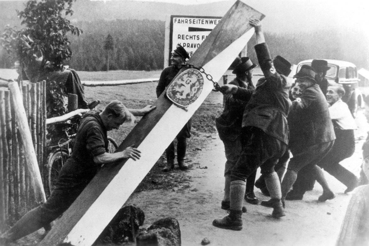 Odstraňování hraničního sloupu mezi ČSR a Německem v době Mnichovské dohody