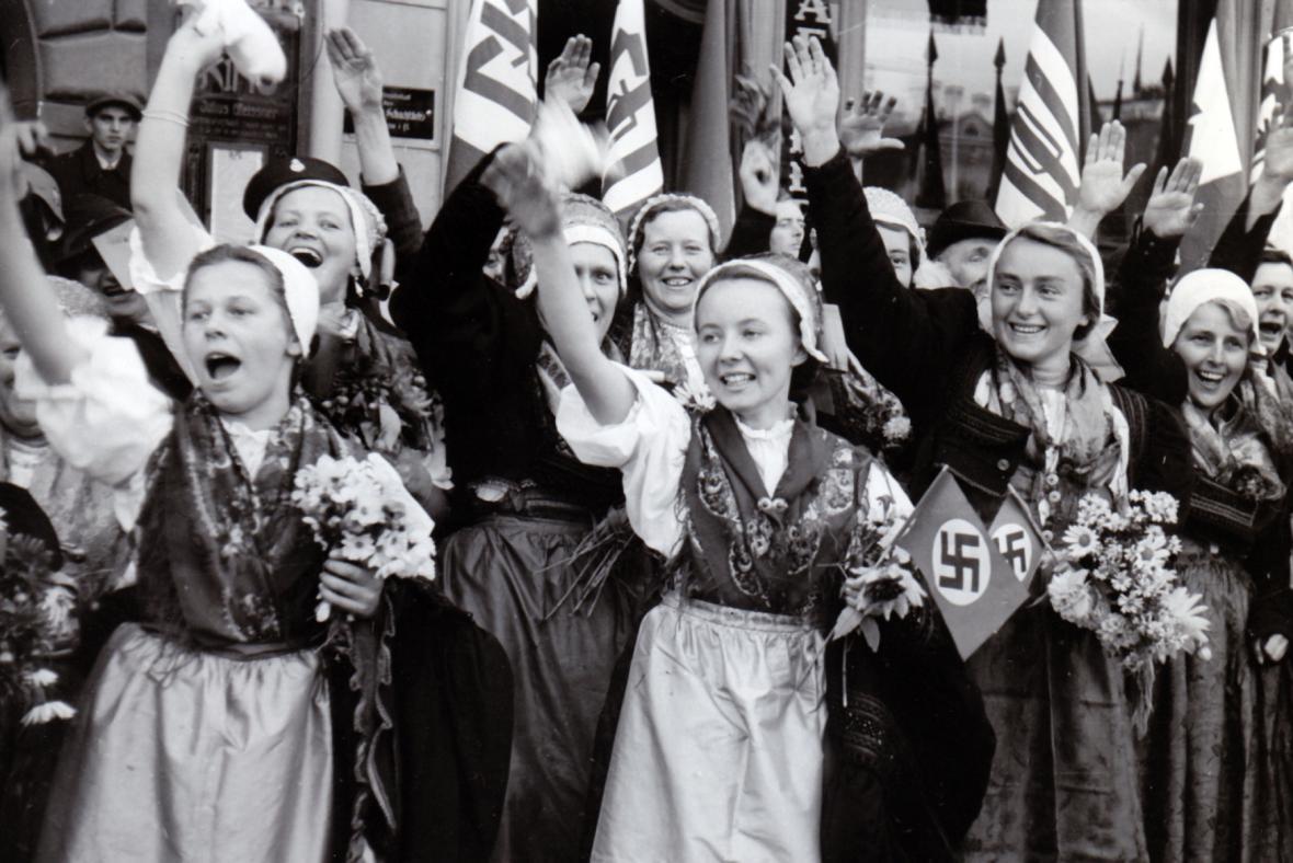 Sudetští Němci vítají v Broumově vojska Wehrmachtu po Mnichovské dohodě