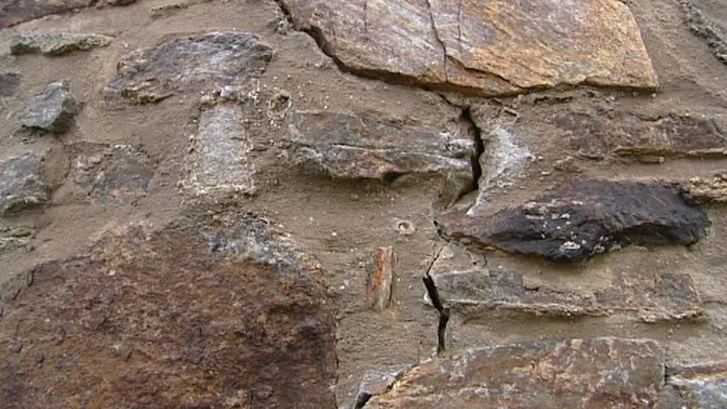 Detail rozestoupeného zdiva