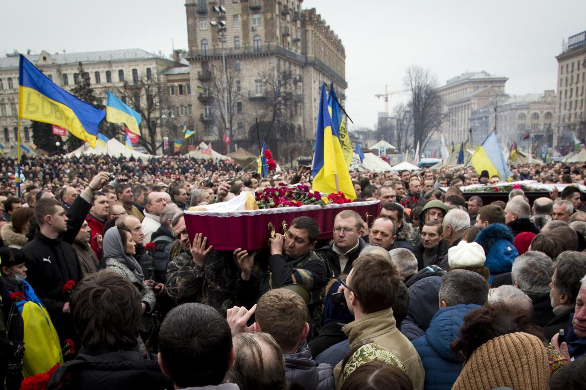 Tryzna za oběti bojů v ulicích Kyjeva