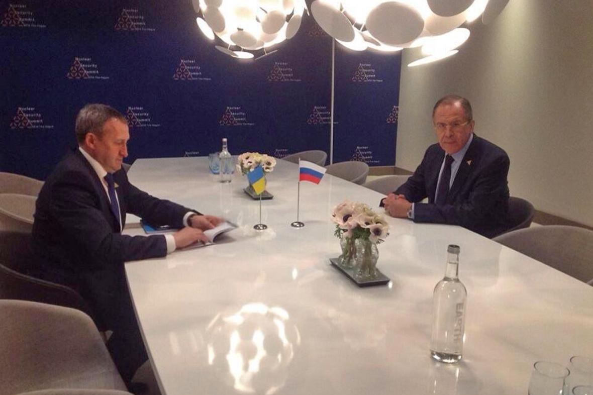 Andrij Deščycja a Sergej Lavrov na schůzce v Haagu